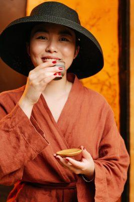 Chinees drinkt groene thee uit China